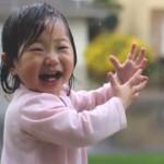 雨を初めて見た少女の映像